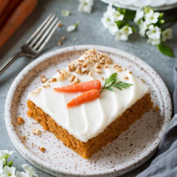 Karottenkuchen ein Stück auf dem Teller serviert
