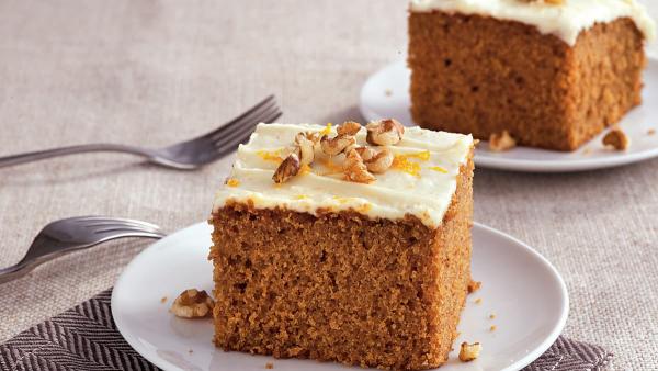Karottenkuchen saftiger Kuchen ein Stück mit Nüssen und Topping darauf verziert