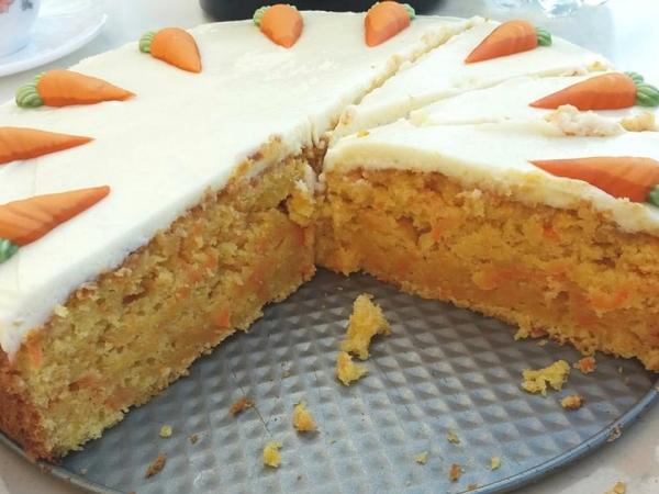 Karottenkuchen traditionelles Osterdessert mit Frischkäse-Topping Prise Zimt