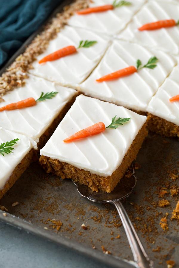 Karottenkuchen vom Blech mit kleinen Möhren garniert
