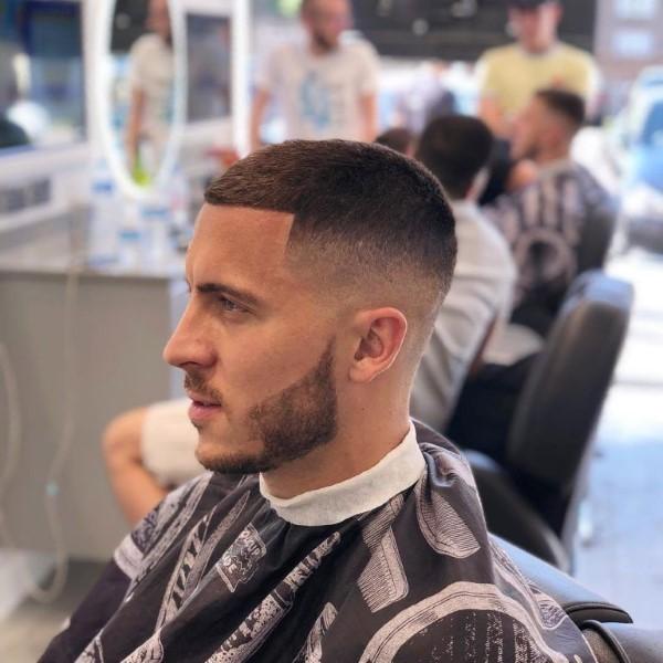 Männerfrisuren 2021 – diese Haarschnitte liegen nun voll im Trend buzz schnitt mit fade