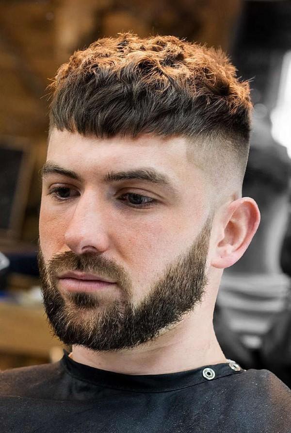 Männerfrisuren 2021 – diese Haarschnitte liegen nun voll im Trend caesar schnitt modern