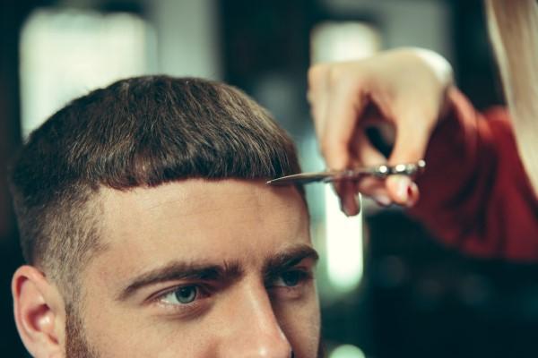 Männerfrisuren 2021 – diese Haarschnitte liegen nun voll im Trend caesar schnitt