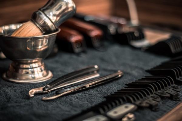 Männerfrisuren 2021 – diese Haarschnitte liegen nun voll im Trend friseur werkzeuge