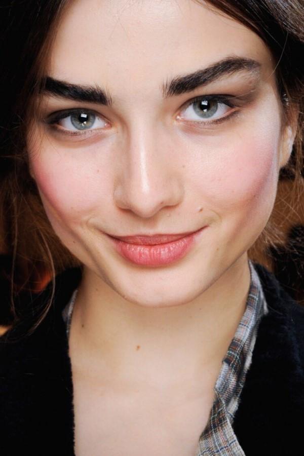Makeup Trends 2021 – Diese Looks sind aktuell total In dicke brauen trend