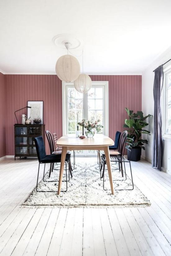 Mauve Farbe Esszimmer helle Farben großes Fenster Esstisch Stühle in der Mitte wirkt sehr einladend