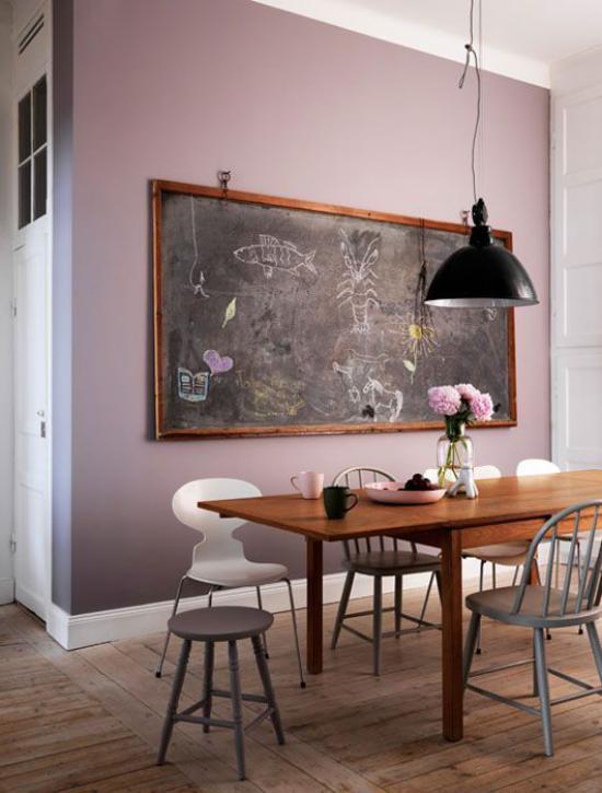 Mauve Farbe Esszimmer malvenfarbene Wand schwarze Tafel als Blickfang Esstisch verschiedene Stühle schwarze Hängelampe