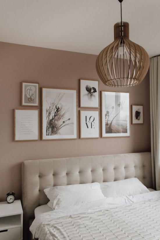 Mauve Farbe Schlafzimmer Bilderwand als Akzent Hängeleuchte helles Bettzeug