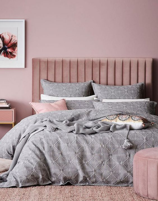 Mauve Farbe Schlafzimmer stilvolle Raumgestaltung Malvenfarbe blasse Nuance helles Grau Bettbezug