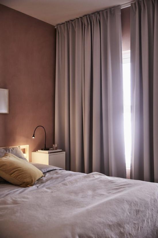 Mauve Farbe ansprechende Raumgestaltung Gemütlichkeit pur Schlafzimmer Gardinen Nachttischlampe