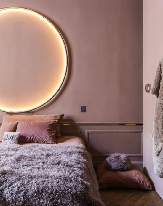 Mauve Farbe dominiert im gemütlichen Schlafzimmer Wandfarbe malvenfarbenes Bettzeug Felldecke