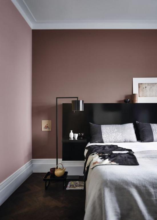Mauve Farbe elegantes Schlafzimmer Weiß Schwarz Malvenfarbe unschlagbares Farbtrio