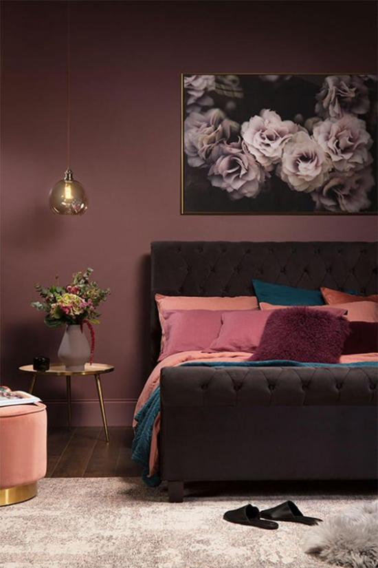 Mauve Farbe exotischer Look im Schlafzimmer dunkle Farbtöne starker visueller Effekt