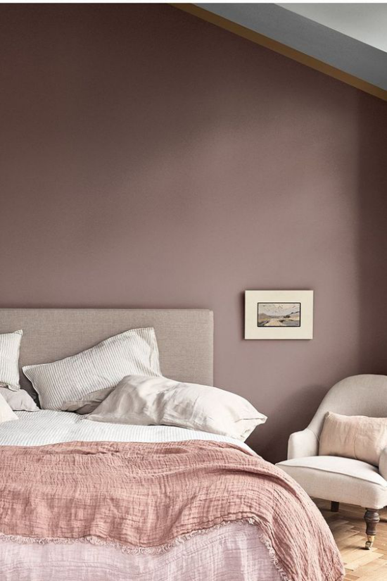 Mauve Farbe gemütliche Raumatmosphäre Schlafzimmer Wandfarbe helles Bettzeug Tagesdecke