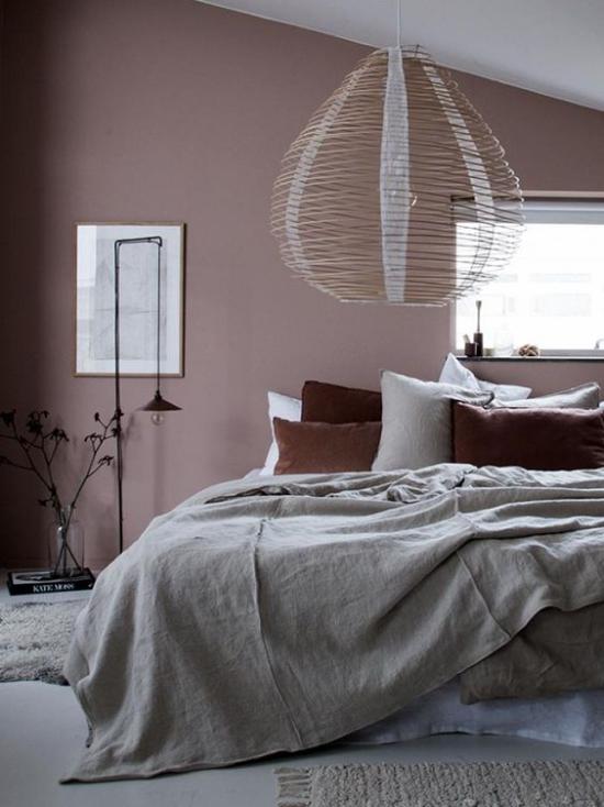 Mauve Farbe gemütliches Schlafzimmer großes Bett überdimensionierte Hängelampe