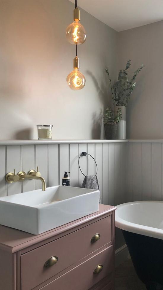 Mauve Farbe im Bad Unterschrank als Blickfang hellgrau und weiß Vintage Style