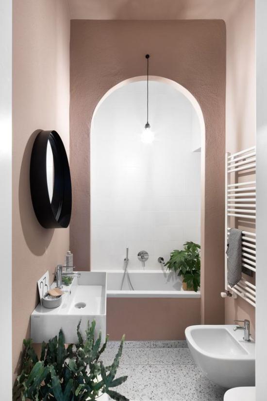 Mauve Farbe im Bad malvenfarbene Wände Badezimmermöbel in Weiß grüne Badpflanzen