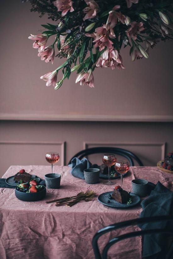 Mauve Farbe im Esszimmer romantische Gestaltung Tischdecke Wände Blumen dunkelgrünes Geschirr überwältigend wirken