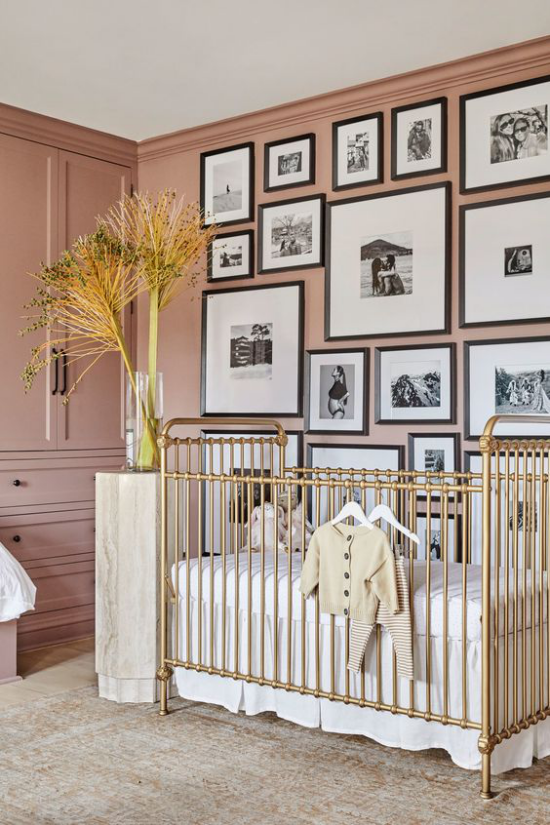 Mauve Farbe im Kinderzimmer malvenfarbene Wand Kinderbett Fotowand darüber als Blickfang