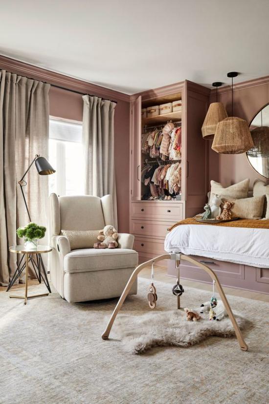 Mauve Farbe im Kinderzimmer malvenfarbene Wand hellgrauer Sessel Teppich Kinderbett Kleiderschrank