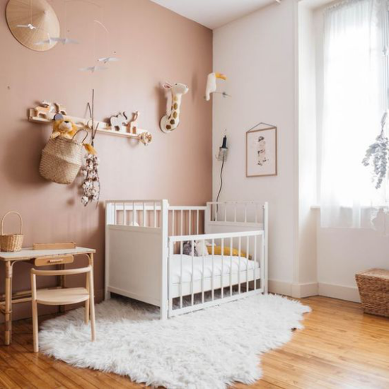 Mauve Farbe im Kinderzimmer mit Weiß gepaart Bett Fellteppich gemütliche Raumgestaltung