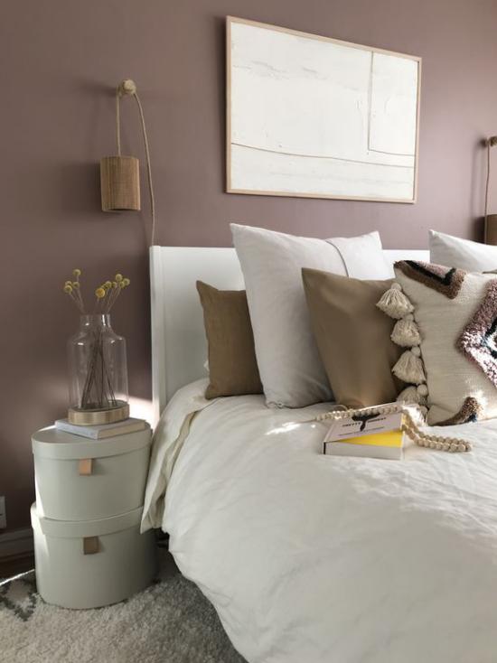 Mauve Farbe im Schlafzimmer Schlafbett Bettzeug große Kissen Wandbild rustikaler Stil