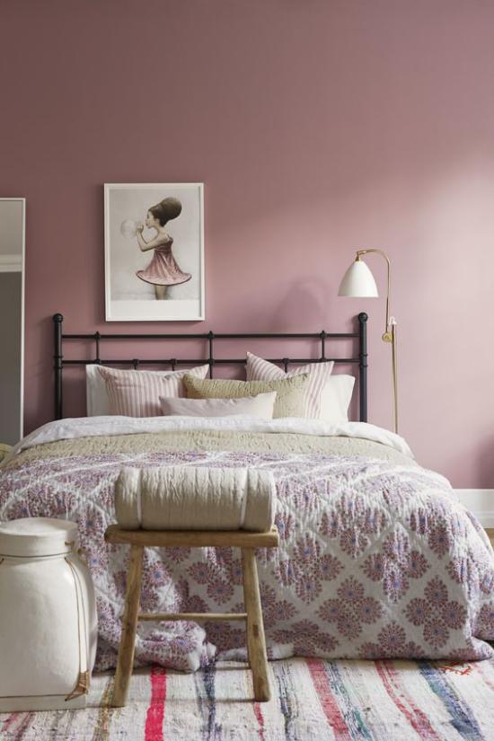 Mauve Farbe im Schlafzimmer großes Bett helles Bettzeug Bettdecke Wandbild