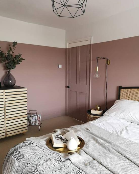 Mauve Farbe im Schlafzimmer malvenfarbene Wände hellgraues Bettzeug Bettdecke