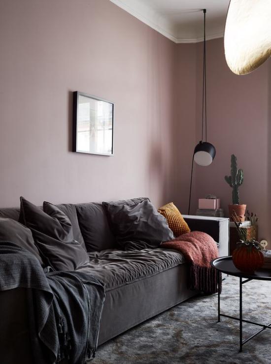 Mauve Farbe im Wohnzimmer Wand Sofa in dunkelbraunem Samt Teppich Kakteen