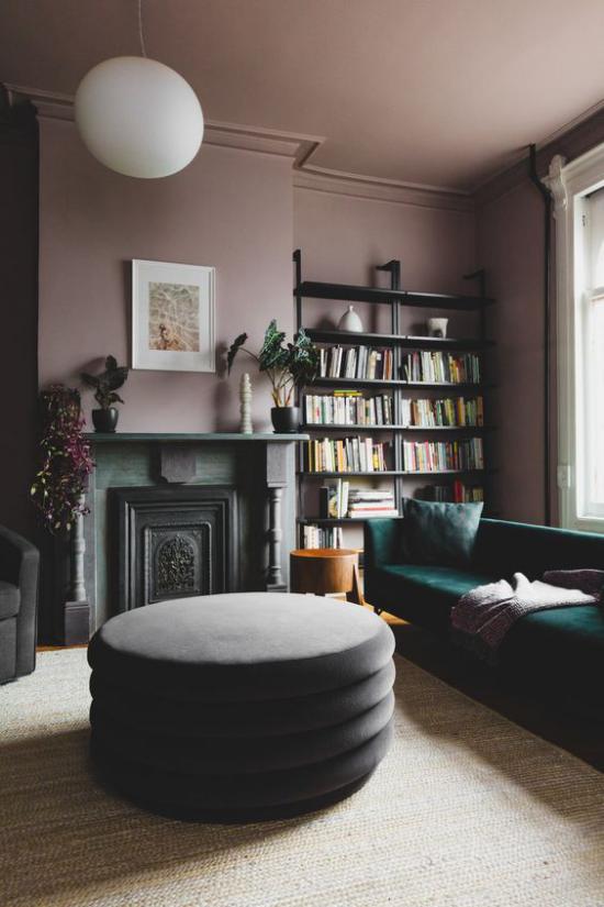 Mauve Farbe im Wohnzimmer dunkle Farbtöne Smaragdgrün Braun viel Glamour