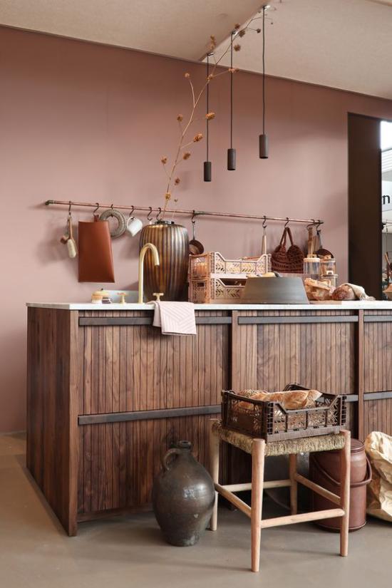 Mauve Farbe in der Küche Akzentwand Kücheninsel aus Holz im rustikalen Stil Hängelampen