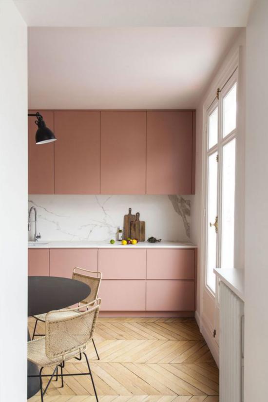 Mauve Farbe in der Küche mit hellem Holz gepaart Küchenrückwand aus Marmor