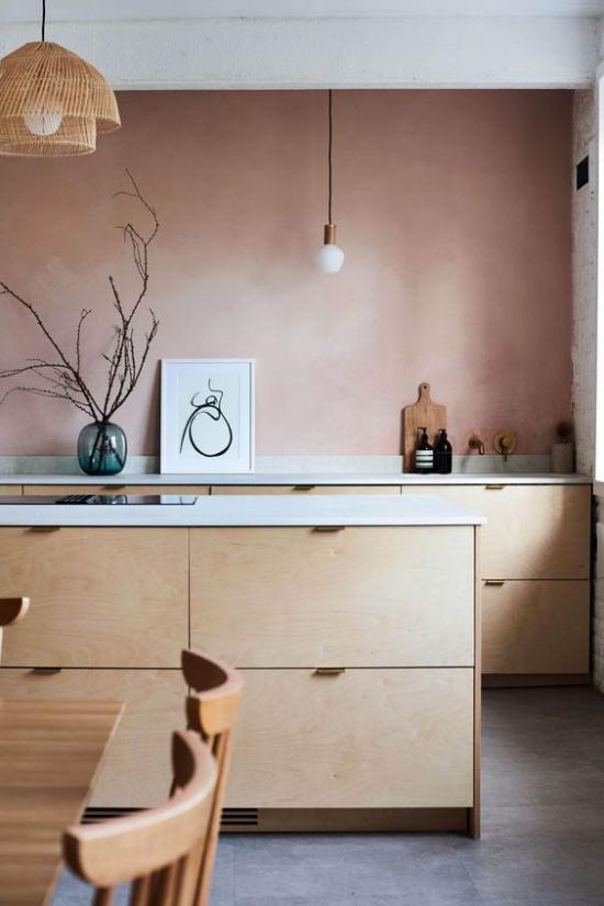 Mauve Farbe in der Küche sehr schlichte elegante Raumgestaltung Kücheninsel Schränke helle Farben