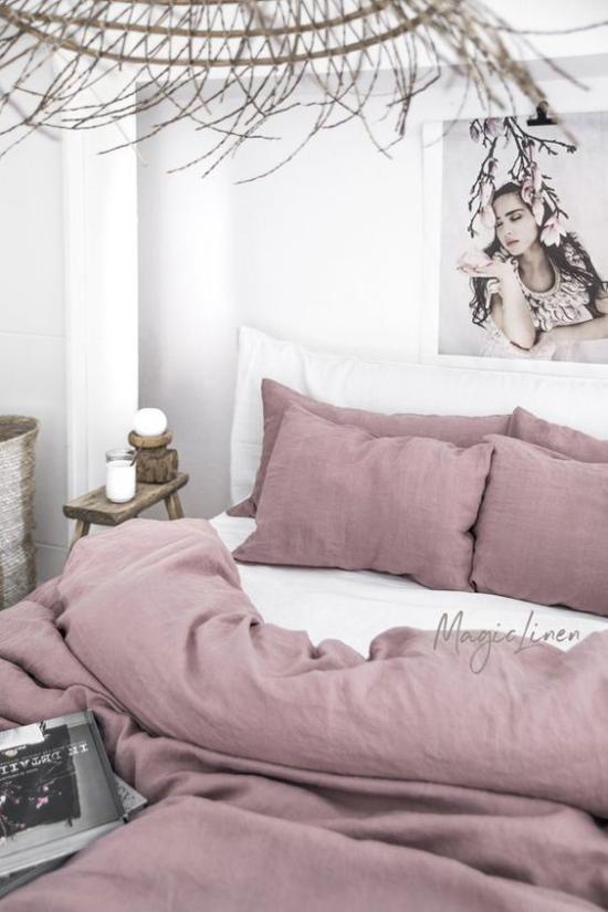 Mauve Farbe mit Weiß gepaart im Schlafzimmer gemütliches Bett Bild romantische Raumatmosphäre