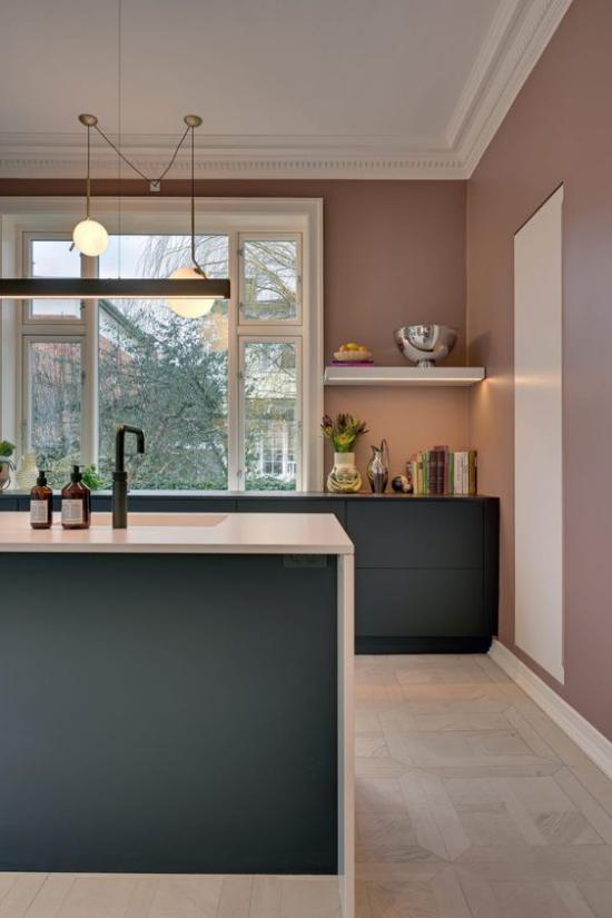 Mauve Farbe moderne Küche großer Raum breites Fenster Kücheninsel Schränke aus dunklem Holz offenes Regal