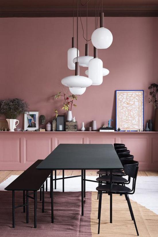 Mauve Farbe modernes Esszimmer schlichtes Möbeldesign Esstisch Bänke weiße Hängelampen Bilder Teppiche