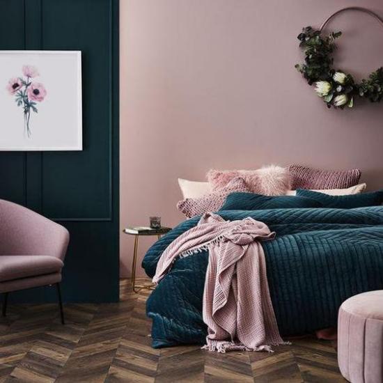 Mauve Farbe romantische Raumgestaltung im Schlafzimmer Malvenfarbe Smaragdgrün