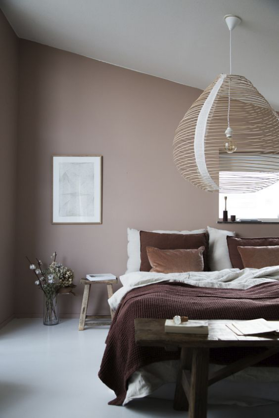Mauve Farbe stilvolle Raumgestaltung Schlafzimmer Akzentwand Bettzeug weiß und schokobraun
