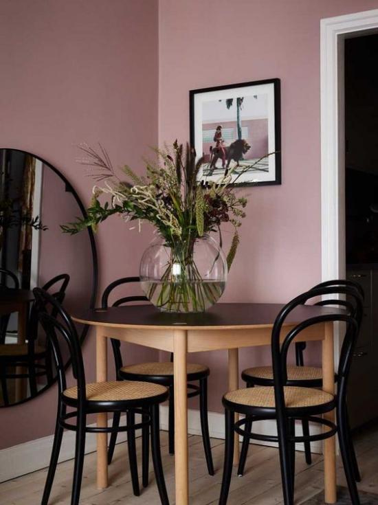 Mauve Farbe stilvolle sehr romantische Essecke malvenfarbene Wände runder Tisch runder Spiegel Vase Bild