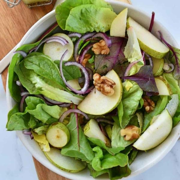 Osterbrunch Rezepte Salat aus roten Blättern, Birnen und Walnüssen