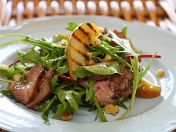 Osterbrunch Rezepte Salat mit Birnen und Walnüssen und Fleisch