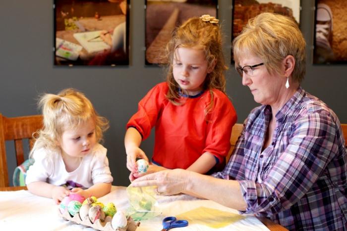 Ostereier bemalen Ideen kindgerecht tradition pflegen