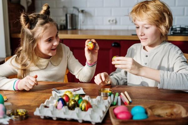 Ostereiersuche zu Hause und im Garten – kreative Ideen für Groß und Klein kinder ostereier bemalen suchen