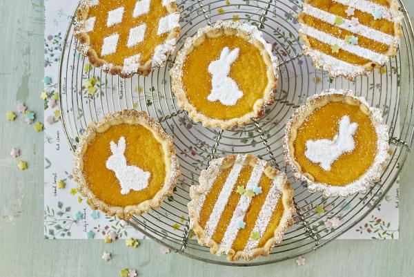 Ψήστε το Πάσχα με κέικ μικρές μπάλες διακοσμημένες με άλλα σύμβολα του Πάσχα, κουνέλι αυγά