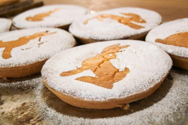 Πασχαλινό flatbread el ψήνουμε μικρά στρογγυλά με κερασάκι ζάχαρη Πασχαλινά σύμβολα σε αυτό