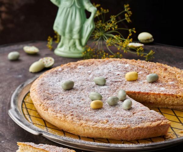 Ψήστε το δικό σας Πασχαλινό flatbread με μικρά παστέλ σοκολατένια αυγά που διακοσμούν