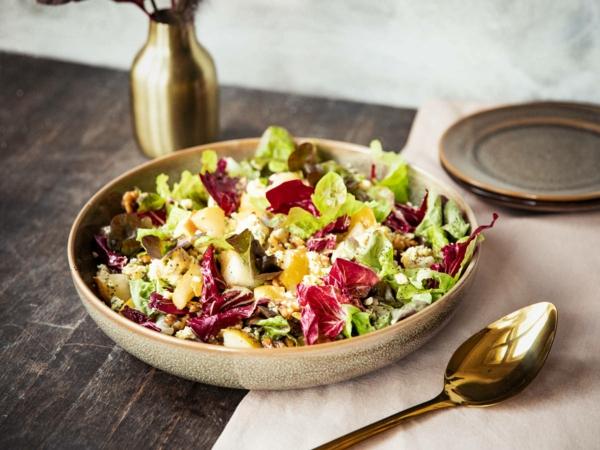 Salat aus roten Blättern, Birnen und Walnüssen Osterbrunch Rezepte