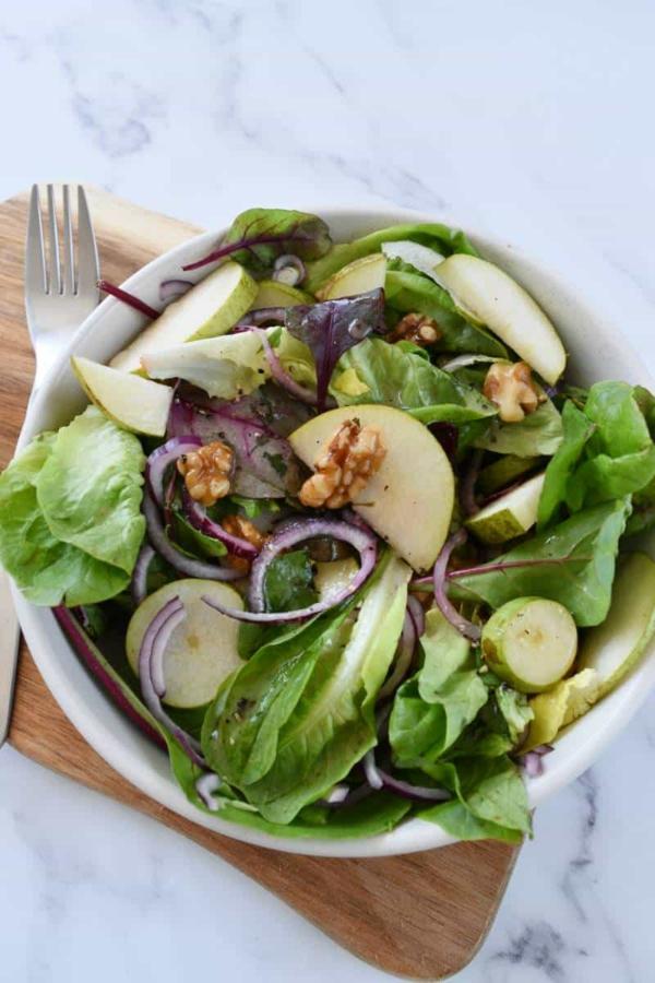 Salat aus roten Blättern, Birnen und Walnüssen Osterbrunch Rezeptideen