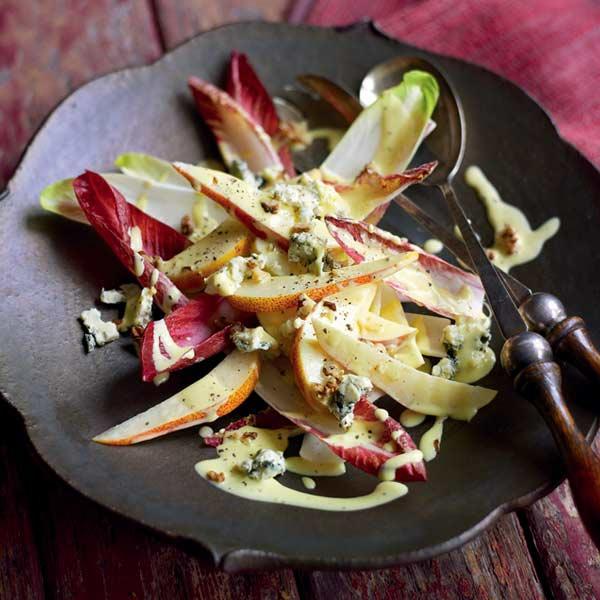 Salat mit roten Blättern, Birnen und Walnüssen