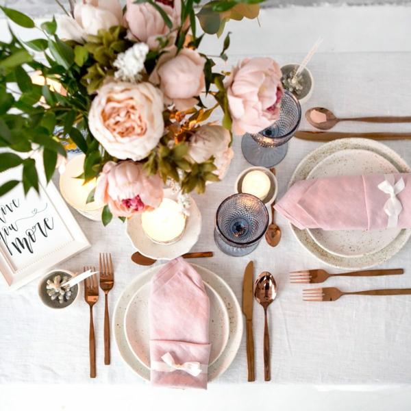 Tischdeko zu Ostern Ostertisch Tisch eindecken Blumen Pfingstenrosen